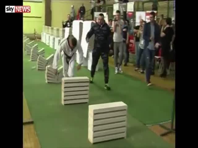 Подросток разбил 111 бетонных блоков за 35 секунд
