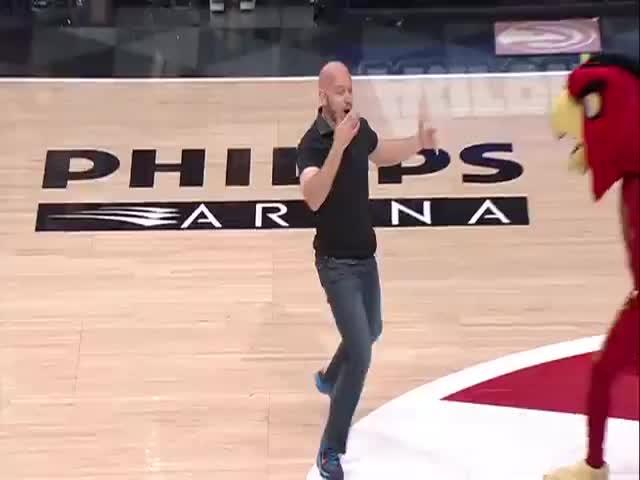 Эффектный бросок баскетбольного фаната