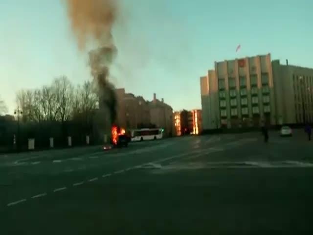 В Санкт-Петербурге протестующие дальнобойщики сожгли автомобиль