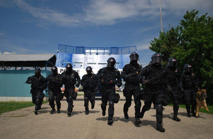 Словаки создали передвижной щит для борьбы с массовыми беспорядками (7 фото)