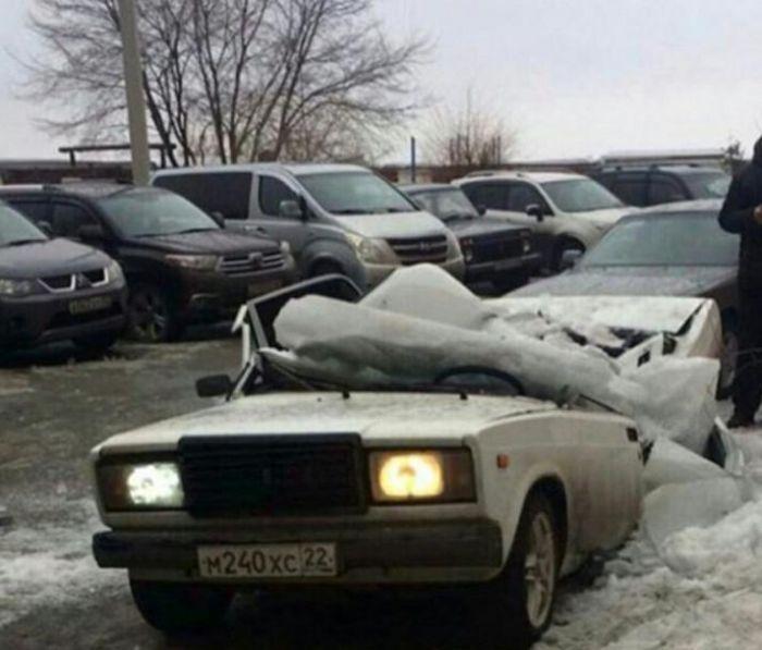 В Бийске упавший с крыши лед раздавил автомобиль ВАЗ (4 фото)