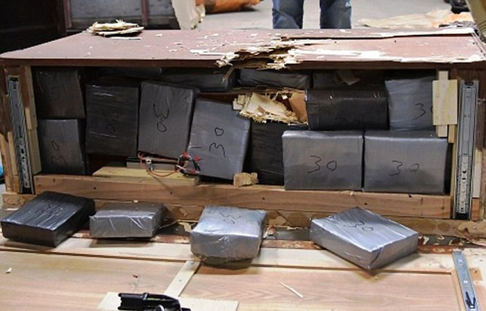В Нью-Йорке задержали контрабандистов, спрятавших в мебель 4,1 млн долларов и 3 кг героина (11 фото)