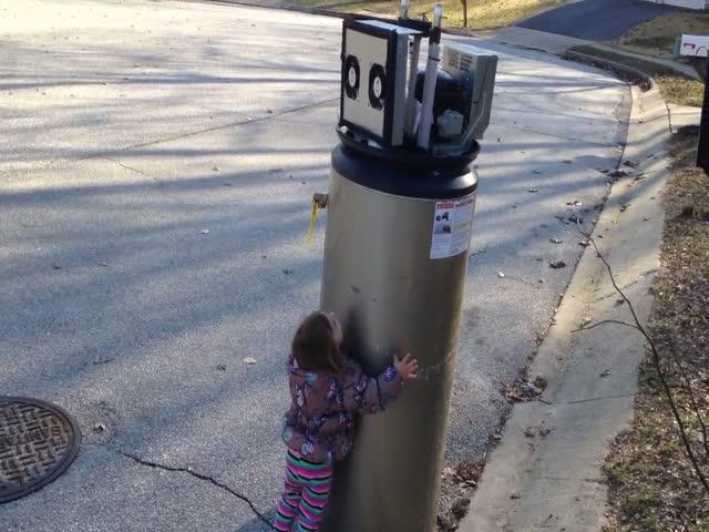 Маленькая девочка приняла сломанный водонагреватель за робота
