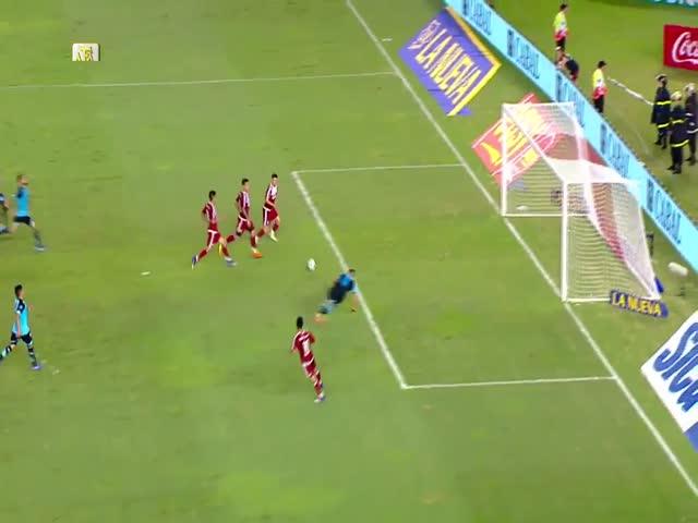 Аргентинский вратарь Лукас Акоста чудом спас ворота во время матча «Бельграно» - «Ривер Плейта»