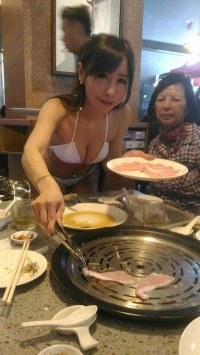 Тайваньский ресторан нанял в качестве официанток моделей в купальниках (9 фото)