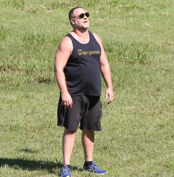 Папарацци сфотографировали набравшего лишний вес Рассела Кроу (6 фото)