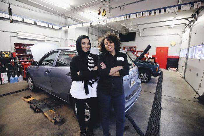 Женская автомастерская в Филадельфии (12 фото)