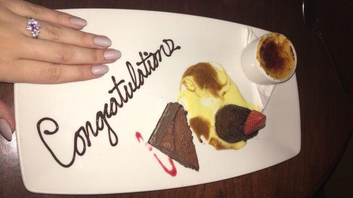 Друзья разыграли фальшивое свадебное предложение, чтобы получить бесплатный десерт в ресторане (5 фото)