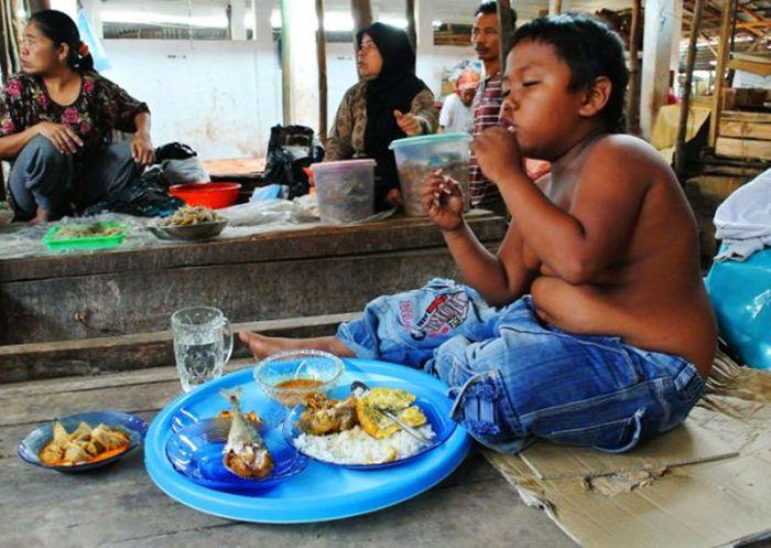 Как сложилась жизнь 2-летнего курильщика Арди Ризала из Индонезии, выкуривавшего по 40 сигарет в день (6 фото)