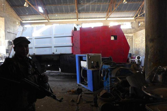 В Мосуле обнаружили завод для изготовления машин-смерти ИГИЛ (11 фото)