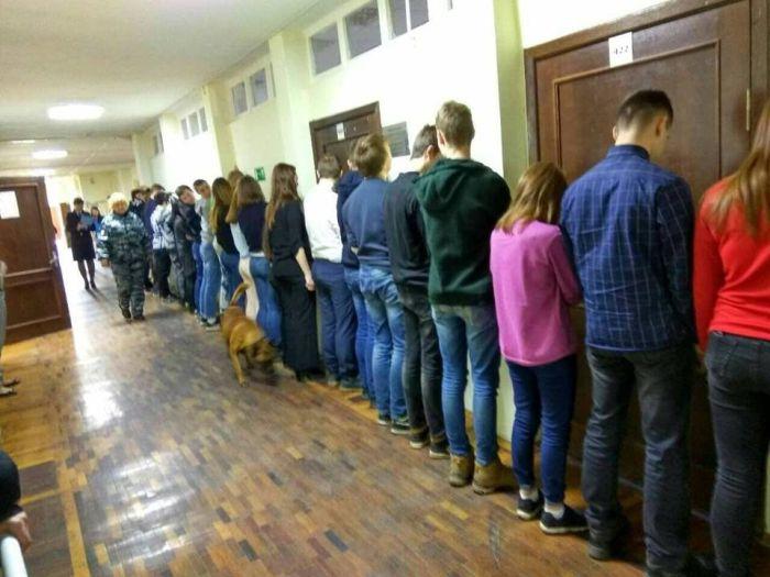 В Cестрорецке в ходе антинаркотического рейда школьников поставили лицом к стене (2 фото)