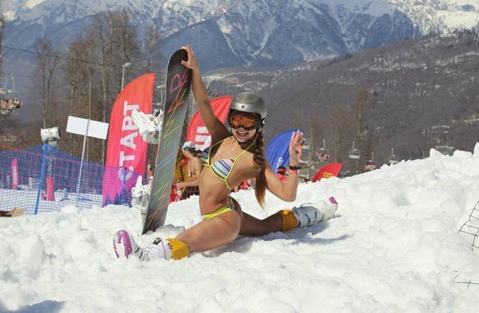Лыжники и сноубордисты в купальниках на сочинском фестивале BoogelWoogel (10 фото)