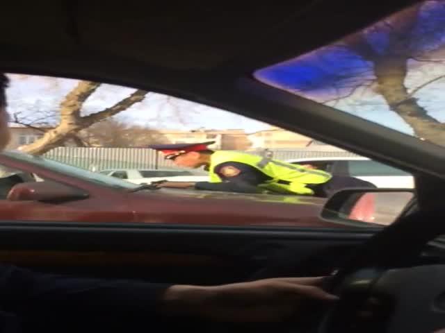 В Казахстане водитель прокатил полицейского на капоте