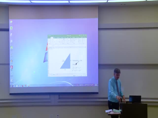Профессор математики Мэттью Уэтерс подготовил первоапрельское представление для студентов