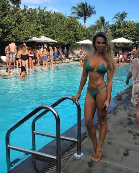 Симпатичные девушки в купальниках (51 фото)