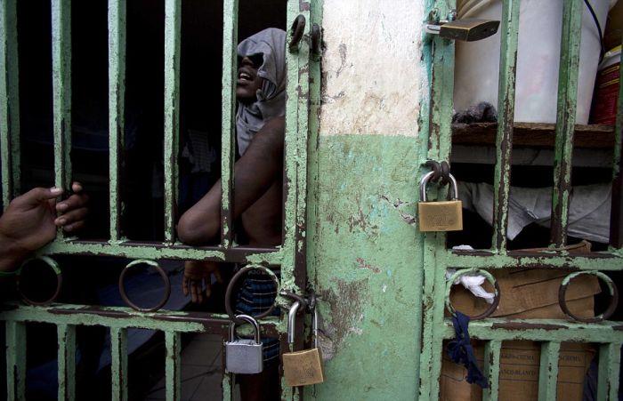Тюрьма в столице Гаити Порт-о-Пренсе (23 фото)