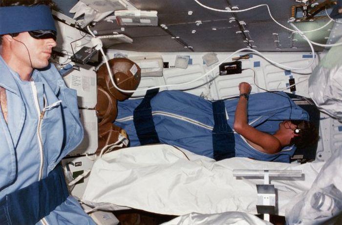 Ученые заплатят 16 000$ добровольцам, пролежавшим 2 месяца в постели (2 фото)