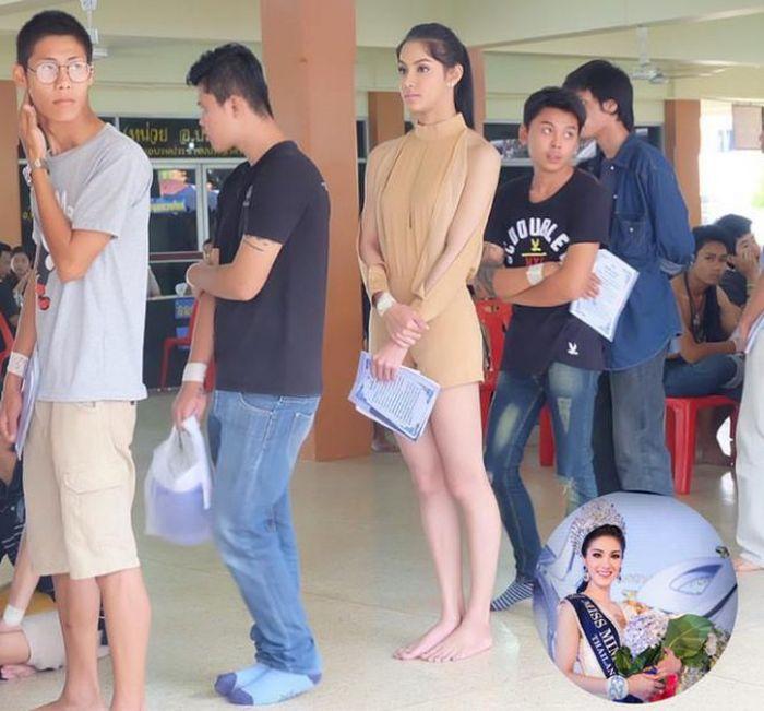 Очередь призывников в Таиланде (3 фото)