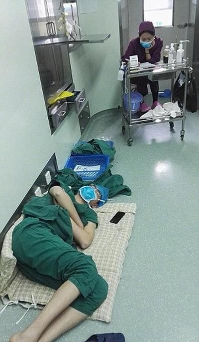 Китайский хирург, отработавший 28 часов, лег спать прямо в больничном коридоре (3 фото)