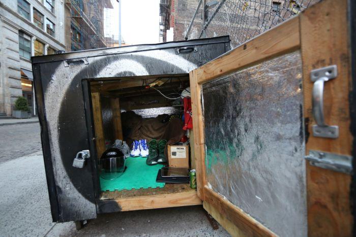 Нью-йоркский бездомный живет в деревянной коробке, замаскированной под мусорный бак (7 фото)