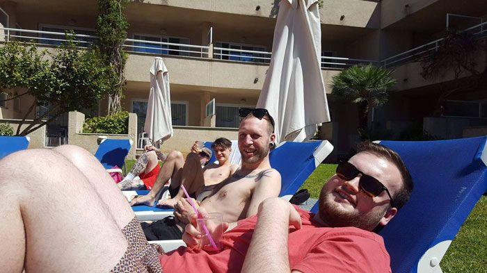 Парень отправился в поездку на Мальорку вместо своего полного тезки в компании его друзей (5 фото)