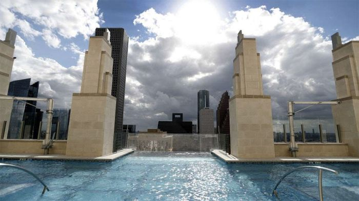 Бассейн с прозрачным полом на высоте 150 метров в Хьюстоне (5 фото + видео)