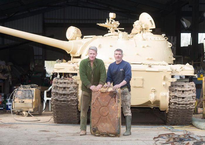 Британский коллекционер обнаружил золото на 2,5 млн долларов внутри танка Т-54 (3 фото)