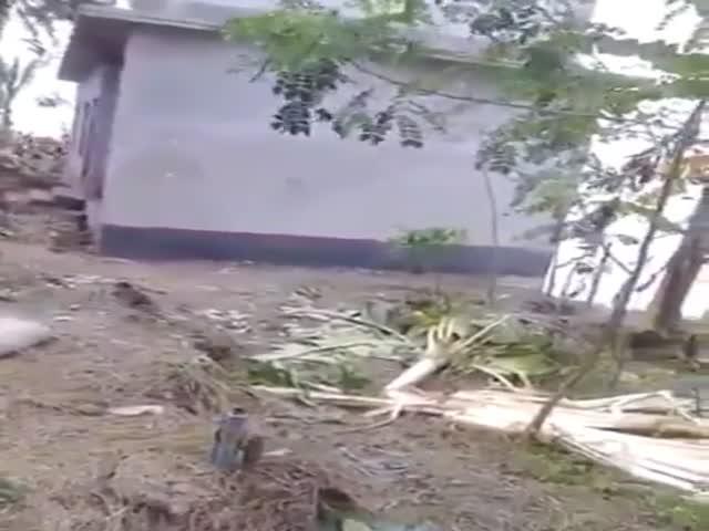 Дом на побережье ушел под воду