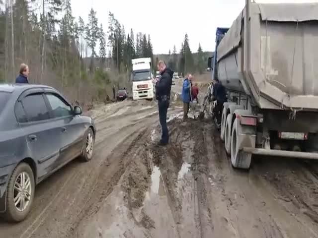 На федеральной трассе 30 автомобилей застряли в грязи