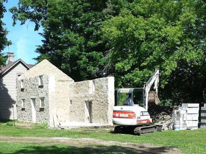 Кузница в развалинах старого дома (20 фото)