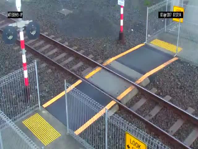Женщина едва не попала под поезд
