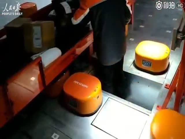 В Китае роботы-почтальоны сортируют посылки