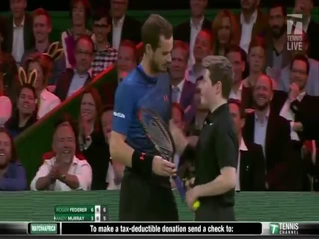 Теннисист Энди Маррей поменялся местами с мальчиком, подающим мячи