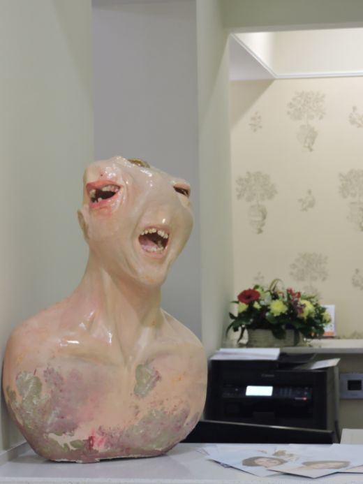 В Санкт-Петербурге появился памятник зубной боли из настоящих зубов (2 фото)
