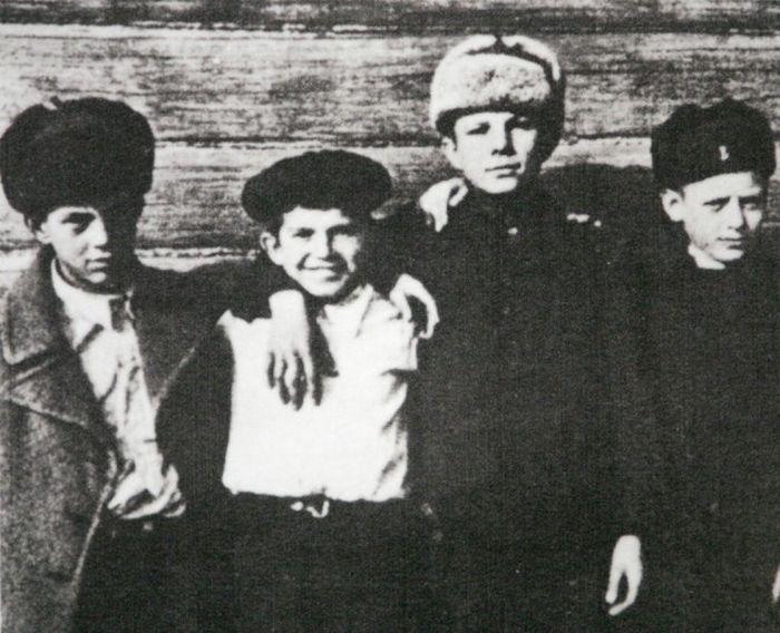 Юрий Гагарин в кругу семьи и друзей (17 фото)