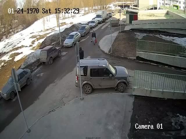 Агрессивная нарушительница ПДД набросилась на охранника