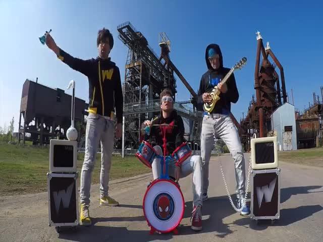 Музыканты из группы The Wakids сыграли на детских инструментах