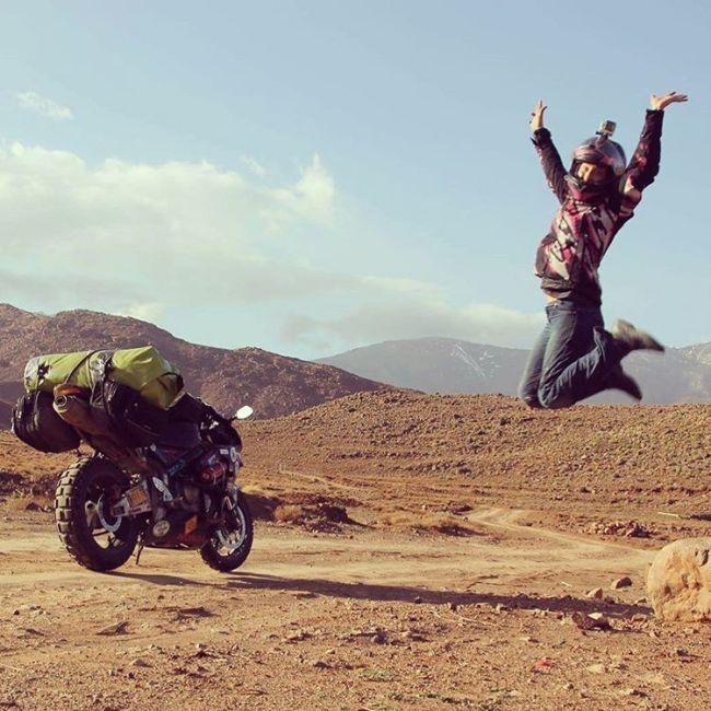 Смелая девушка отправилась в путешествие на мотоцикле (10 фото)