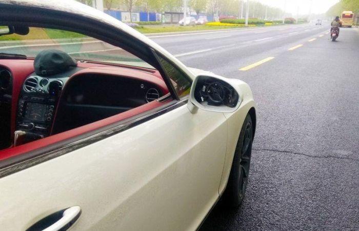 Китайский школьник на скутере врезался в Bentley (3 фото)