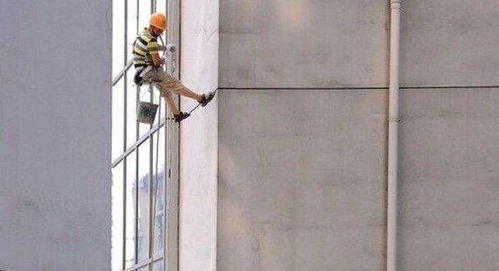 Нож в стене на 45 этаже (3 фото)