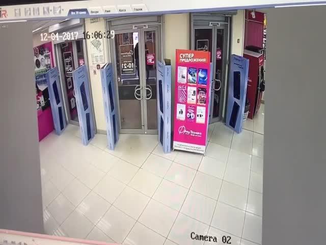 Ловля кур в магазине компьютерной техники Омска