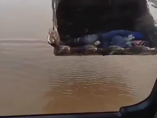 Человек в ковше экскаватора