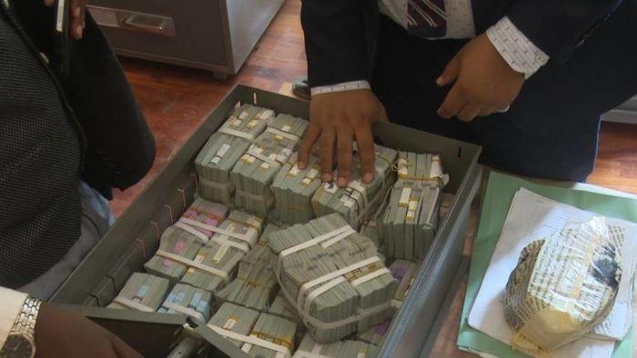 В Нигерии в нежилой квартире обнаружили 43 миллиона долларов (8 фото)