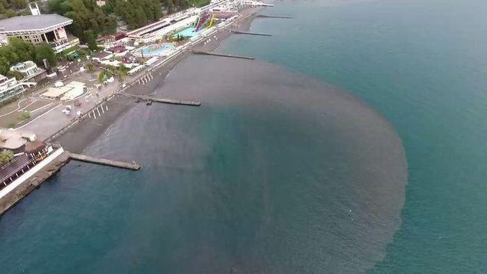 Побережье Сочи залили канализационными стоками (3 фото + видео)