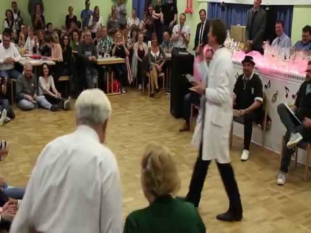 Пожилая пара танцует буги-вуги