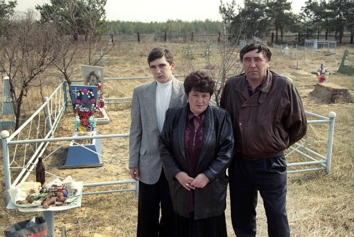 Традиция посещения кладбищ в фотопроекте Александра Чекменёва «Пасха» (15 фото)