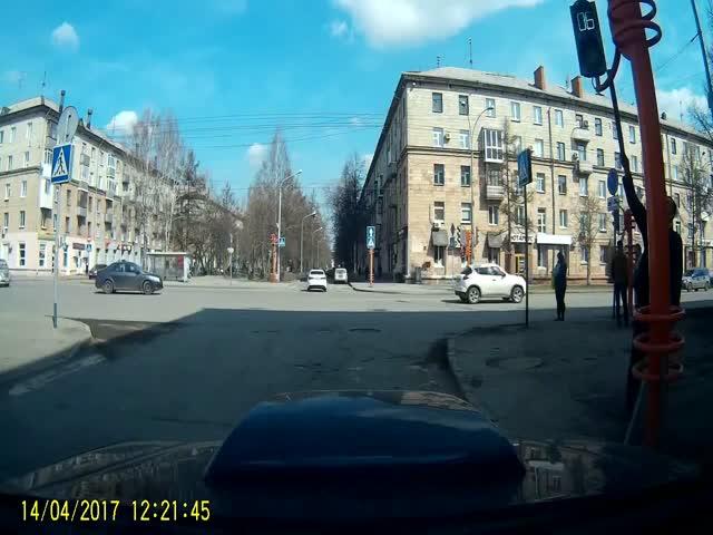 Пешеход решил отремонтировать светофор