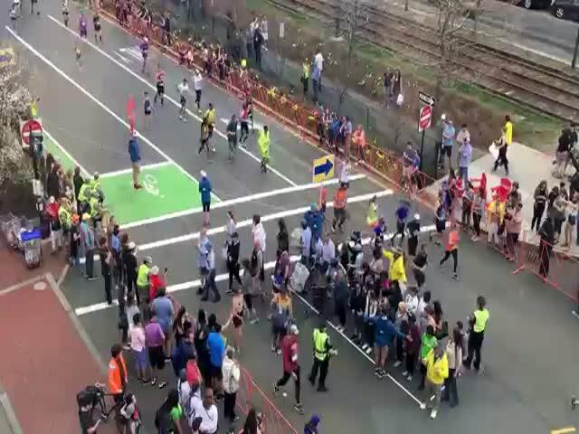 Пешеходы переходят улицу во время марафона в Бостоне