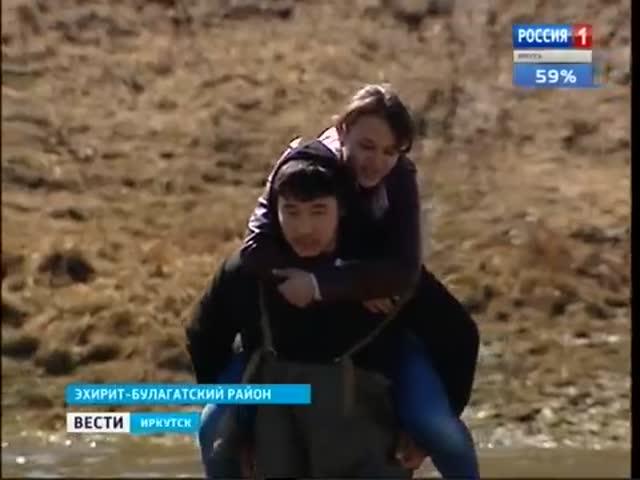 Иркутский подросток носит детей в школу через реку