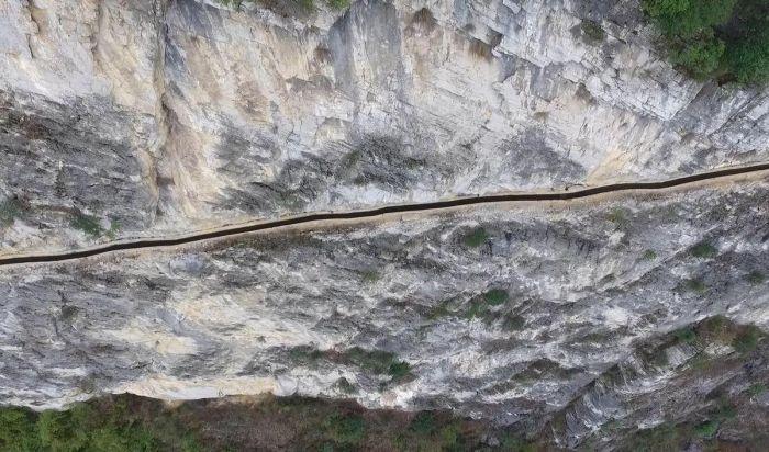 Пожилой китаец вырыл отдельный канал для родной деревни (4 фото)